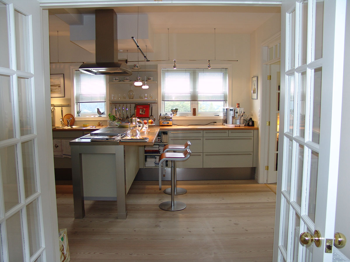 Doppelflügeltüren Führen In Die T Förmige Küche Und Von Da Ins Separate  Esszimmer
